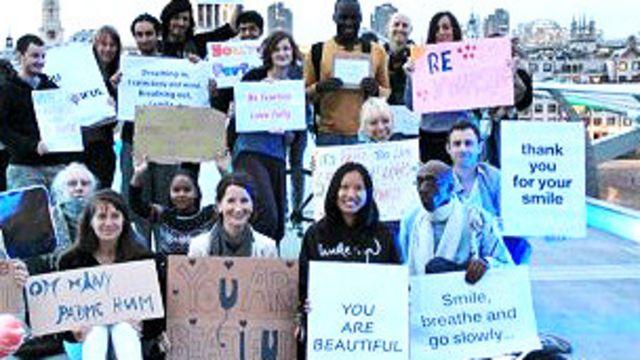 Jóvenes con mensajes positivos en Londres