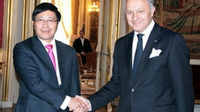Ngoại trưởng Phạm Bình Minh hội kiến người tương nhiệm Laurent Fabius.