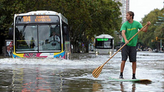 Rua inundada em Buenos Aires (AFP)