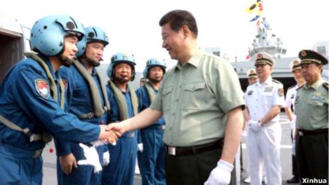 Chủ tịch Tập Cận Bình bắt tay các phi công vừa tham gia tuần tra huấn luyện ở Biển Đông