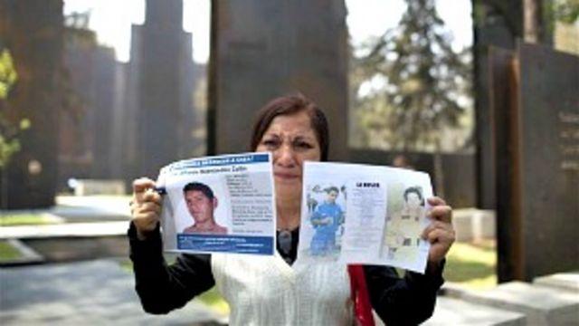 Yolanda Cilin muestra una foto de su sobrino José Alfredo Cilin, quien desapareció en 2011.