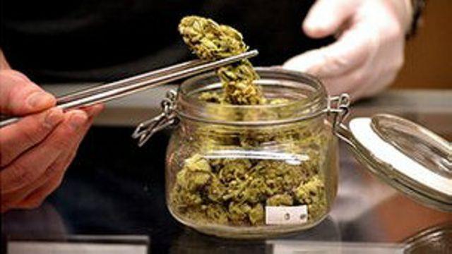Frasco con marihuana