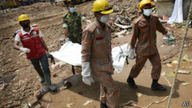 Equipos de rescate en Bangladesh