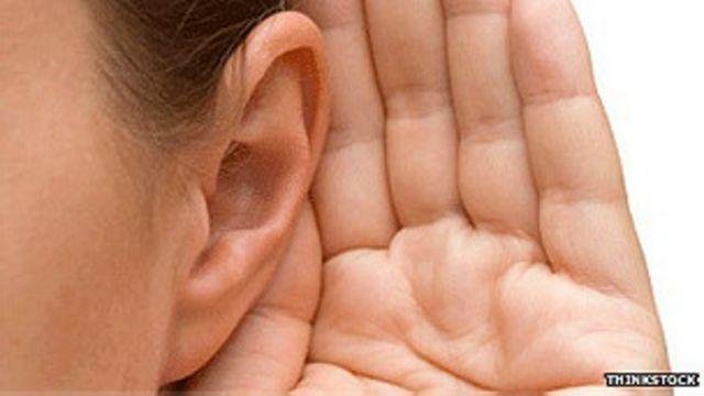 persona escuchando