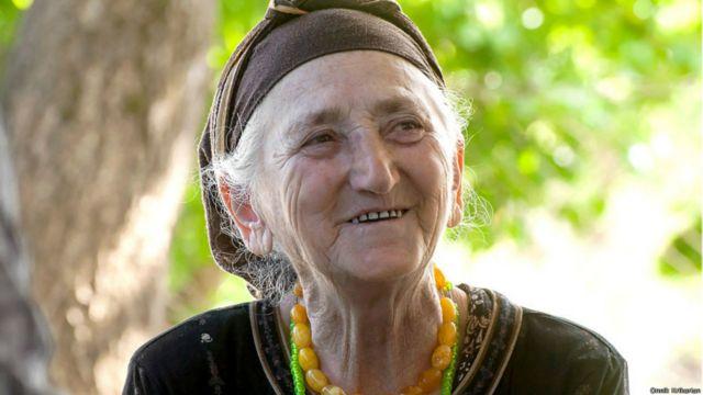 Rauza Gürcüstanın Çantlisqure kəndində yaşayan 78 yaşlı avardır. 2002-ci ilin rəqəmlərinə görə, Gürcüstanda avarların sayı 2000-dən aşağıdır. Rauza isə qonşu Dağıstanda doğulub və avarlar orda etnik qrupların çoxluğunu təşkil edirlər. İkinci Dünya Müharibəsi vaxtında, çeçen icmalar Qazaxıstana deportasiya ediləndə, onun ailəsi İnquşetiyaya köçürülüb.