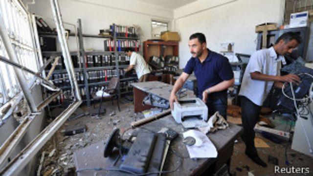 Последствия взрыва на полицейском участке в Бенгази