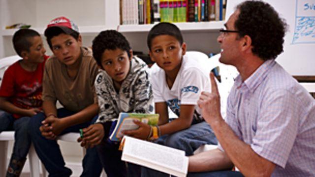 Niños colombianos en la biblioteca Laboratorio del Espíritu. Foto: Biblioteca Labotarorio del Espíritu.