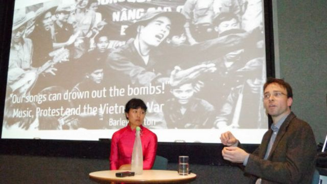 Tiến sỹ Barley Norton và nghệ sỹ Nguyễn Thanh Thủy tại buổi thuyết trình