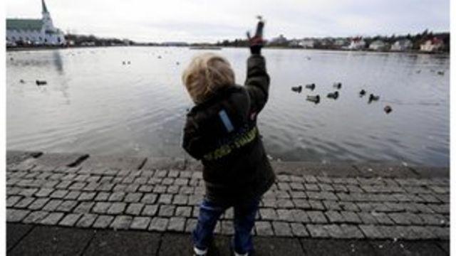 Los niños islandeses suelen jugar en la calle solos.