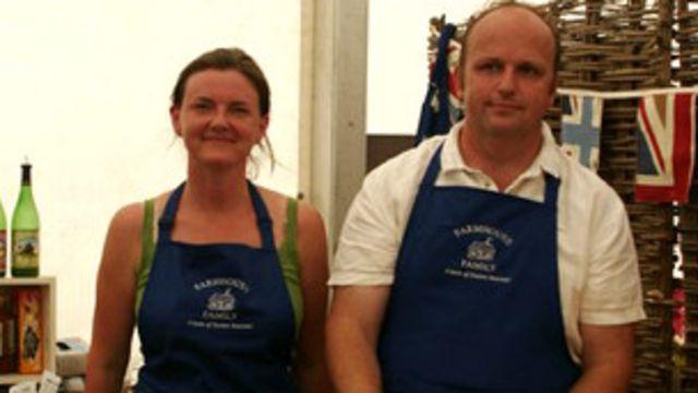 Após cortar açúcar, Jason e Clare Burt produzem bolos e usam voluntários para provar seus produtos.