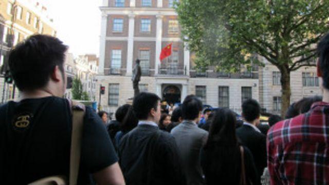 纪念集会是在中国驻英大使馆对面的人行道上举行的。