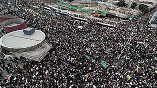 Sao Paulo မြို့မှာ ဆန္ဒပြနေတဲ့ လူအုပ်မြင်ကွင်း