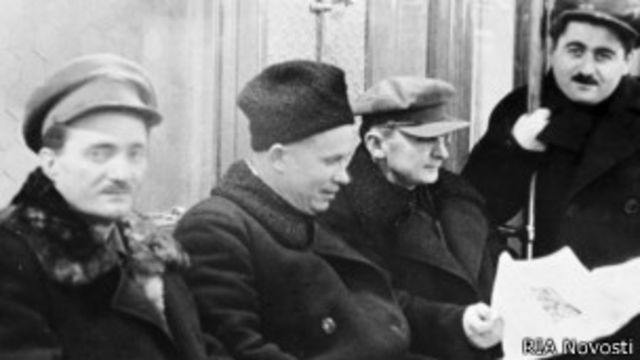 Хрущев и Берия (в центре) в первом поезде московского метро 14 мая 1935 г.