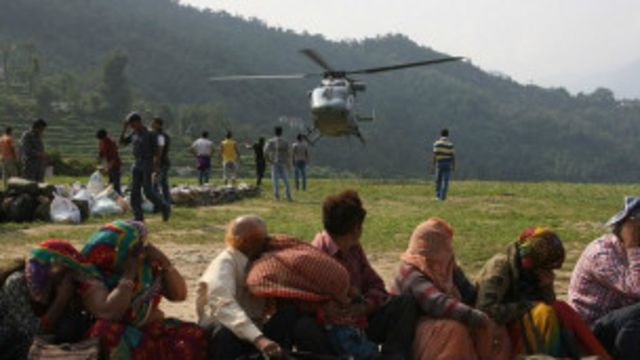 ပိတ်မိ နေကြတဲ့ လူတွေကို လုံခြုံရေး တပ်ဖွဲ့တွေ ကနေ ရဟတ်ယာဉ် တွေနဲ့ ကယ်ထုတ် ပေးနေ