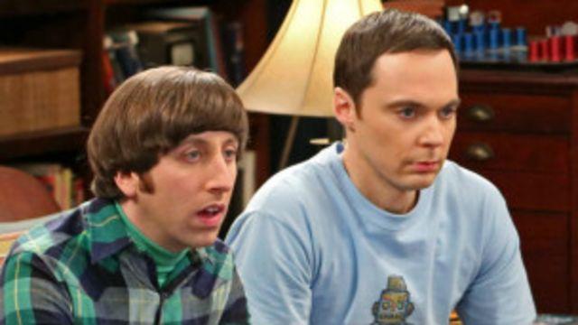 سایمون هلبرگ٬ بازیگر نقش هوارد (چپ) هنوز در مورد دستمزد خود مشغول مذاکره است