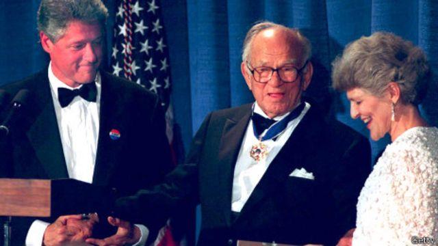 Thượng nghị sỹ Fulbright và vợ nhận Huân chương Tự do vì sự nghiệp giáo dục năm 1993