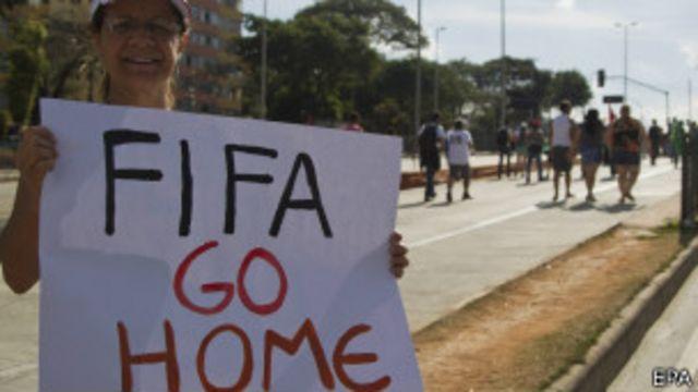 Muitos acreditam que a Fifa não transfere ao país sede os benefícios financeiros gerados pelo torneio.