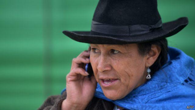 Latinoamericana con celular