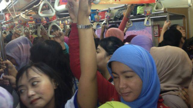 Menumpang kereta merupakan salah satu opsi penduduk pinggiran Jakarta untuk mencapai pusat kota.