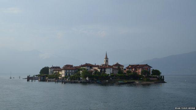 အီတလီ နိုင်ငံက ဒုတိယအကြီးဆုံး Maggiore ရေကန်ကြီး ပေါ်က ကျွန်းကြီးပါ။