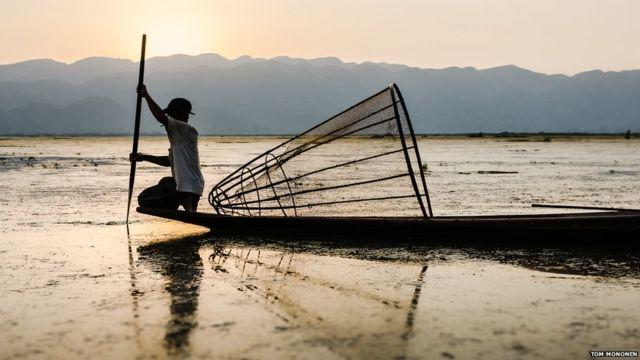ဒါကတော့ မြန်မာပြည်က အင်လေးကန်ကြီး ပါ။ တံငါသည် တဦးနဲ့ နေဝင် ဆည်းဆား အလှ။