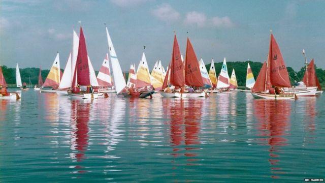 ဗြိတိန်က Bassenthwaite ရေကန် ကြီး မှာတော့ လေ အလာ ကို စောင့်နေတဲ့ ရွက်လှေတွေ။