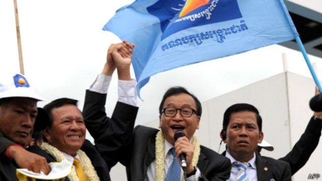 Ông Sam Rainsy (thứ hai phải sang)