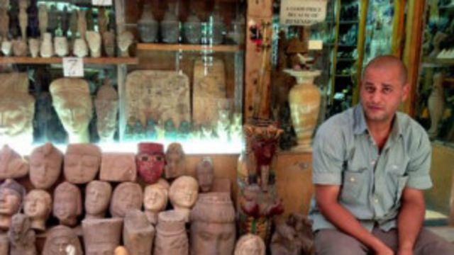 Abdul Salam Omar, pemilik toko, memberhentikan tujuh karyawannya karena sepinya pengunjung.