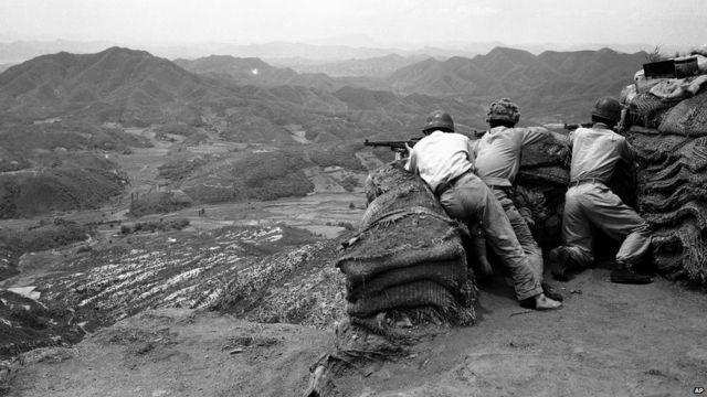 မြောက်ကိုရီးယား ကွန်မြူနစ် တပ်ဖွဲ့တွေ ဟာ ၁၉၄၅ ခုနှစ်က သဘောတူထားတဲ့ နှစ်နိုင်ငံ ခွဲထားတဲ့ စစ်မဲ့ဇုန် လိုင်းကို ဖြတ်ကျော်ပြီး တောင်ကိုရီးယား ဘက်ကို ရွှေ့ဝင် လာကြပါတယ်။ အဲဒီမှာ တောင်ကိုရီးယား ဘက်ကနေ အမေရိကန်၊ ဗြိတိန်နဲ့ သူတို့ မဟာမိတ်တွေကနေ ပြန် တိုက်ထုတ်ခဲ့ကြပါတယ်။