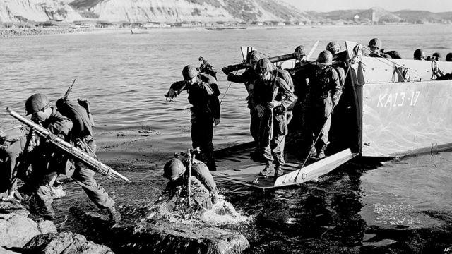 ၁၉၅၀ ခုနှစ် ဇွန်လ ၂၅ ရက်နေ့ မနက်ပိုင်း မှာတော့ မြောက်ကိုရီးယား တို့ဟာ မျဉ်းပြိုင် ၃၈ စည်းလိုင်းကို ဖြတ်ကျော်ပြီး တောင်ကိုရီးယားကို ရုတ်တရက် ဝင်ရောက် တိုက်ခိုက်ခဲ့ပါတယ်။ အမေရိကန်ကလည်း ဂျပန်အခြေစိုက် စခန်းတွေကနေ တပ်ဖွဲ့တွေကို တောင်ကိုရီးယားဘက် စေလွှတ်ခဲ့ပါတယ်။ ဒါပေမယ့်လည်း အမေရိကန်နဲ့ တောင်ကိုရီးယား မဟာမိတ်တွေဟာ အစပိုင်းမှာ အထိနာခဲ့ကြပါတယ်။