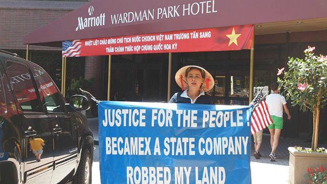 Bà Lý Lệ Hoa trước cửa khách sạn của ông Trương Tấn Sang