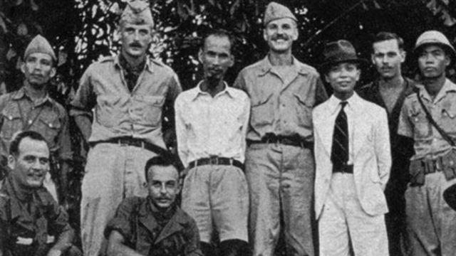 Thiếu tá Allison Thomas, đứng giữa Hồ Chí Minh và Võ Nguyên Giáp ở Tân Trào năm 1945