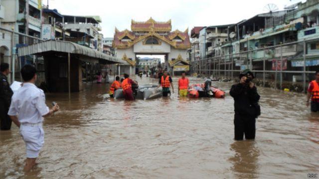 မြန်မာ နိုင်ငံ တဝန်း မိုးဆက်တိုက် ရွာနေတဲ့ အတွက် နေရာ အနှံ့ ရေကြီး ရေလျှံမှုတွေ ဖြစ်နေရာ...