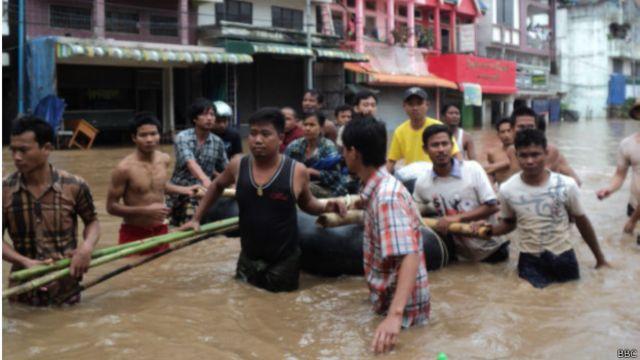 မြဝတီ မြို့မှာ လူနေအိမ် တချို့ ရေမြုပ်နေတဲ့ အတွက် ရေဘေးသင့် အန္တရာယ် ရှိသူတွေကို...