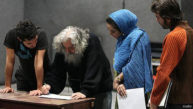 هامون بازها به کارگردانی محمد رحمانیان، از تئاترهایی که مجوز نگرفت- پشت صحنه تمرین