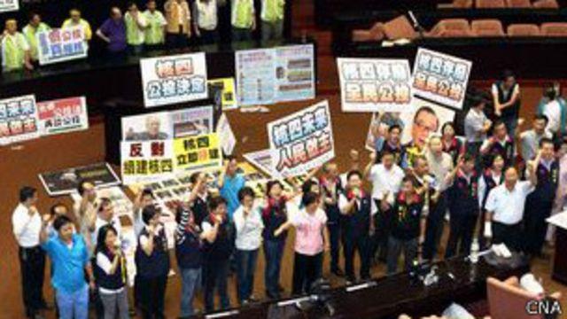 民进党立委占据主席台