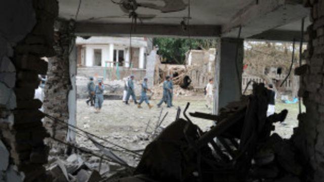 بیشترین تلفات غیرنظامیان ناشی از حملات گروههای مسلح مخالف دولت بوده - عکس محل انفجار انتحاری جلالآباد