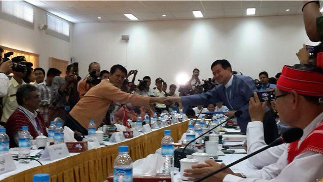 ABSDF ခေါင်းဆောင် ရဲဘော်သံခဲနဲ့ မြန်မာအစိုးရ ငြိမ်းချမ်းရေး ဖော်ဆောင်ရေး အဖွဲ့ခေါင်းဆောင် ဦးအောင်မင်းတို့ ရင်းရင်းနှီးနှီး လက်ဆွဲနှုတ်ဆက်ကြပါတယ်။