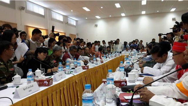 အေဘီအက်စ်ဒီအက်ဖ် ကျောင်းသားတပ်မတော် ခေါင်းဆောင်များနှင့် မြန်မာအစိုးရ ငြိမ်းချမ်းရေး ဖော်ဆောင်ရေး အဖွဲ့တို့ ရန်ကုန်မြို့မှာ အခုလို တွေ့ဆုံခဲ့ကြပါတယ်။