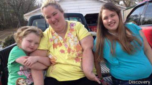 Alana Thomson con su madre y su hermana