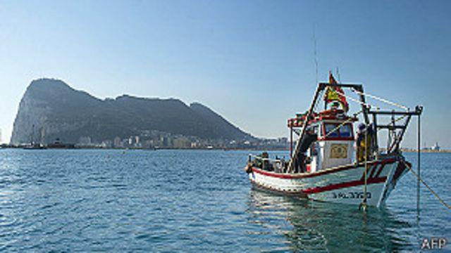 Una lancha pesquera española faena cerca de Gibraltar