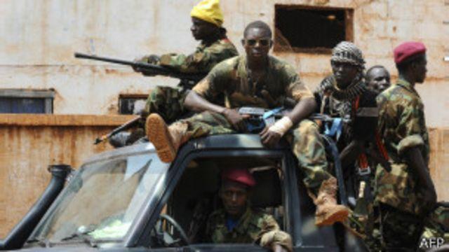 Des éléments de la Séléka en patrouille à Bangui le 26 mars 2013