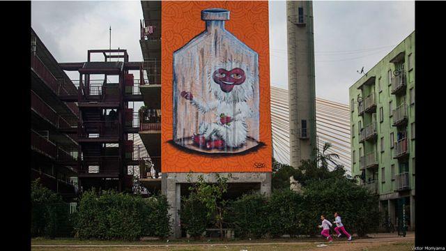 Subtu ဆိုသူ ရေးဆွဲထားတဲ့ နံရံရေး ပန်းချီကိုလည်း မြို့သူမြို့သားတွေ နှစ်ခြိုက်