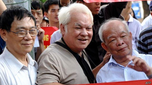 Giáo sư Huệ Chi (đầu tiên, trái sang)