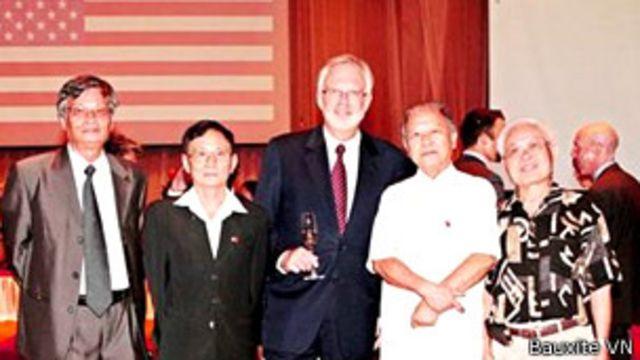 Giáo sư Huệ Chi (thứ hai, trái sang)