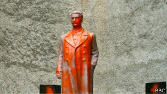 На вторую же ночь после открытия памятник Сталину был облит оранжевой краской