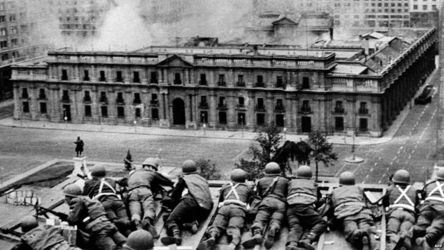 La Moneda sarayına Augusto Pinochet-in liderlik etdiyi hücumun nəticəsində Salvador Allende öldürülüb, 11 sentyabr 1973.  AFP