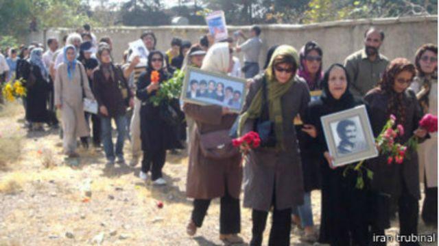 خانوادههای اعدامی ها در اولین جمعه شهریور و آخرین جمعه اسفندماه هر سال برای یادبود کشتار ۶۷ در گورستان خاوران جمع می شوند