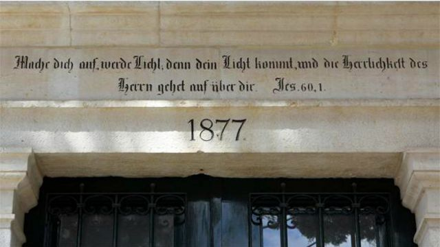 هنوز هم در یکی از محلههای بیتالمقدس نمادهایی از اعتقادات مذهبی شدید آنها بهچشم میخورد