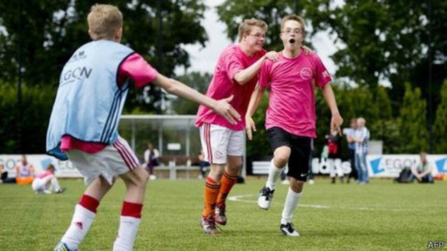 Niños con síndrome de Down juegan al fútbol